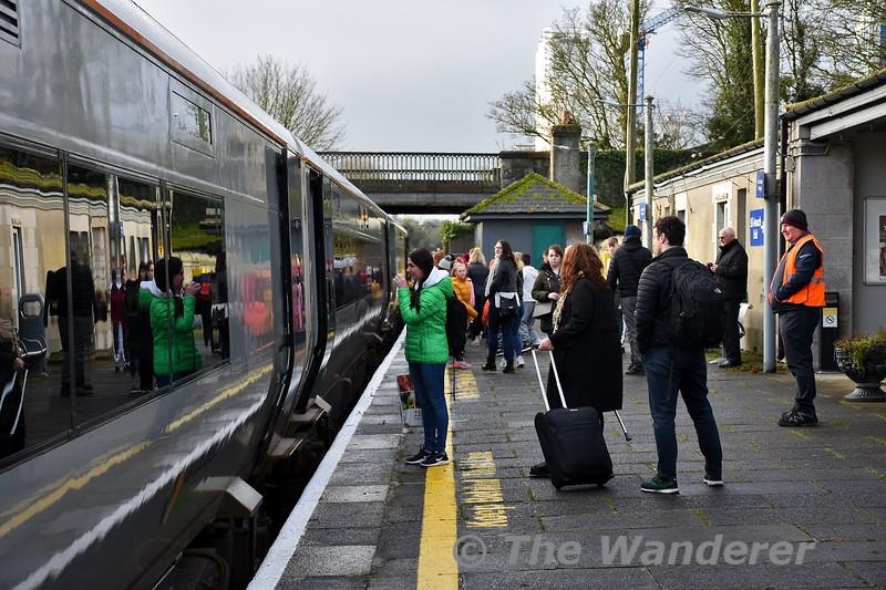 Customers boarding the 1005 Ballybrophy - Limerick service at Nenagh. Sat 04.01.20