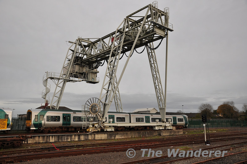 Withdrawn 2719 + 2722 stand under the also disused container crane at Limerick.  Sun 11.11.12