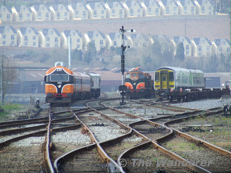 218 leaves Waterford while 170 + 177 stand on a Ballast and a 2720 + 2721 in the yard. Sat 31.03.07