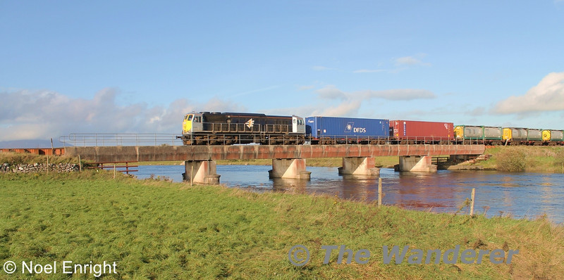 088 crossing the Moy bridge with the 1105 Ballina - Waterford DFDS Liner. Tues 01.11.11. Photo: Noel Enright.