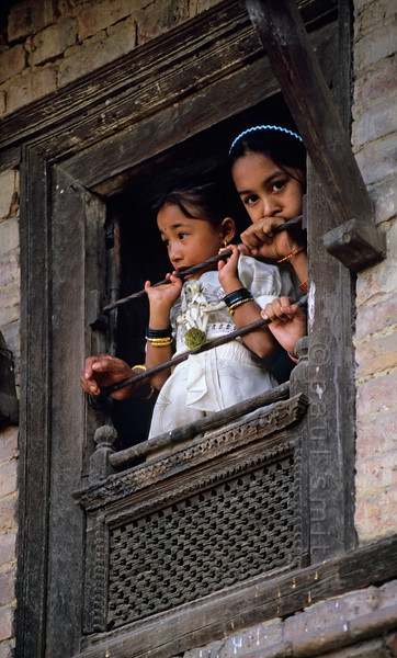 [NEPAL.KATHMANDUVALLEY 27509] 'Children in Thimi.'  During the Nepalese New Year these children in Thimi, dressed in their best clothes, watch a procession in the street below. Photo Paul Smit.