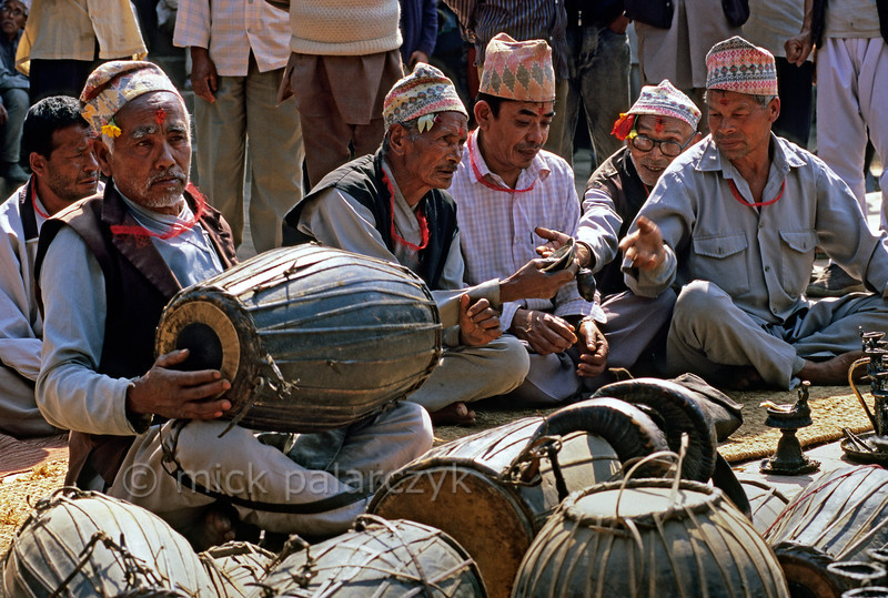 [NEPAL.KATHMANDUVALLEY 27494] 'Bhajan in Bhaktapur's Taumadhi Square.'  During Bhaktapur's New Year's festival (Bisket) men have gathered in the Taumadhi Square for bhajan (hymn-singing) to the accompaniment of drums and cymbels. Photo Mick Palarczyk.