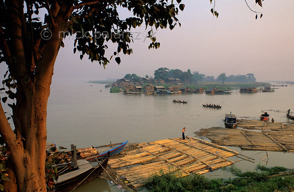 [BURMA 25.069] 'The Irrawaddy at Mandalay.'  Standing on the embankment of the Irrawaddy in Mandalay, one can see inhabitants of a nearby village crossing the river to visit the city. The river-landscape seems to be totally unaffected by the nearby agglomeration. Photo Mick Palarczyk.