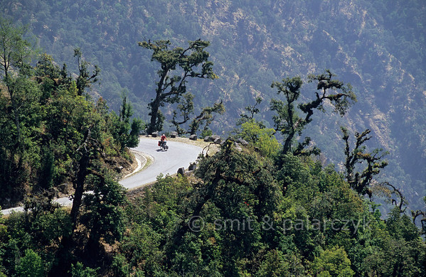 [NEPAL. 27618] 'Simbhanjyang Pass'  After passing the Simbhanjyang Pass at an altitude of 2488 meter the Tribhuwan Rajpath (highway) snakes down over jungle-covered slopes into the Terai. Photo Paul Smit & Mick Palarczyk.