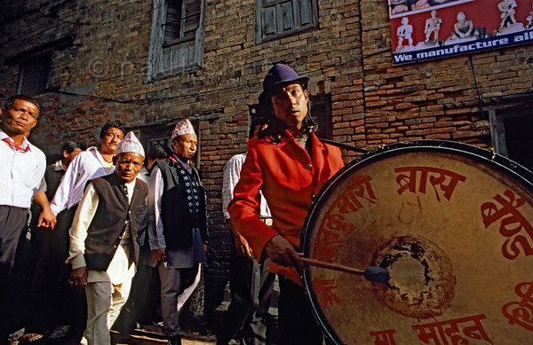 [NEPAL.KATHMANDUVALLEY 27510] 'New Year's procession in Thimi.'  On the first day of the Nepalese New Year these men, dressed in their best clothes, are on their way to the Bal Kumari Temple in Thimi. Photo Paul Smit.