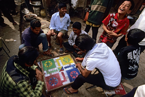 [NEPAL.KATHMANDUVALLEY 27343] 'Playing Ludo in Patan.'  In Patan four boys play the ancient Indian board game of Pachisi. In the 19th century the game was introduced in England under the name Ludo (Dutch: 'Mens erger je niet'). Photo Paul Smit.