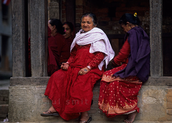 [NEPAL.KATHMANDUVALLEY 27447] 'Women in Bhaktapur.'  Women spend some leisure time in the streets of Bhaktapur. Photo Paul Smit.