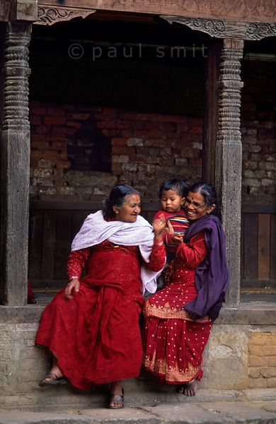 [NEPAL.KATHMANDUVALLEY 27444] 'Women in Bhaktapur.'  Two women and a child spend some leisure time in the streets of Bhaktapur. Photo Paul Smit.