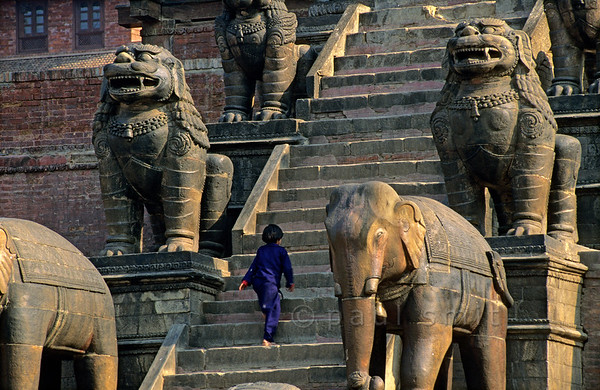 [NEPAL.KATHMANDUVALLEY 27384] 'Stairs of Bhaktapur's Nyatapola Temple.'  	On Bhaktapur's Taumadhi Square five pairs of temple guardians flank the stairs that lead up to the Nyatapola Temple. Visible here are the elephants and lions. Each pair is supposed to be ten times as strong as the pair below. Photo Paul Smit.