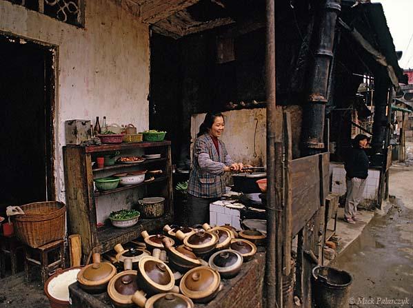 [CHINA.GUANGXI 25.434] 'Roadside restaurant.' Kitchen of a roadside restaurant at Dao Shui, 25 km west of Wuzhou. Photo Mick Palarczyk.