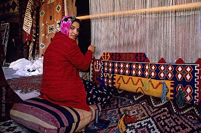 [TURKEY.CENTRAL 26786] 'Weaving a carpet.'  	In the Cappadocian village of Göreme a girl is weaving a carpet. Photo Mick Palarczyk.