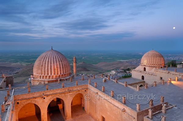 [TURKEY.EAST 29139] 'Zinciriye Medresesi in Mardin.'  	The Zinciriye Medresesi in Mardin (southeastern Turkey) overlooks the green plains of Mesopotamia. The madrasa (Islamic school) was built 1385 by the Artuqid dynasty which ruled parts of Anatolia and northern Syria from its capital Mardin. The reason for its high location is that it was also used as an astronomical observatory. Photo Mick Palarczyk.
