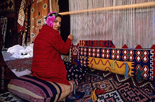 [TURKEY.CENTRAL 26786] 'Weaving a carpet.'  In the Cappadocian village of Göreme a girl is weaving a carpet. Photo Mick Palarczyk.