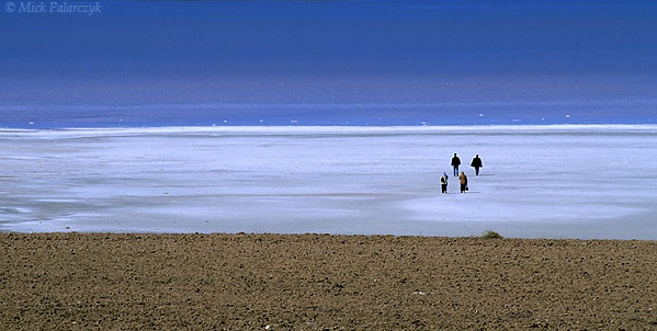 [TURKEY.CENTRAL 26966 'Salty mud flats-2.'  Tourists take a stroll on the salt covered mud flats at the eastern shore of Tuz Gölü, the great salt lake south of Ankara. Photo Mick Palarczyk.