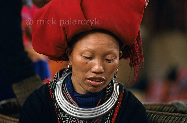 [VIETNAM.NORTH 21.432] 'Red Dao woman.'  	Red Dao woman in the sewing atelier on the market of Sapa. Photo Mick Palarczyk