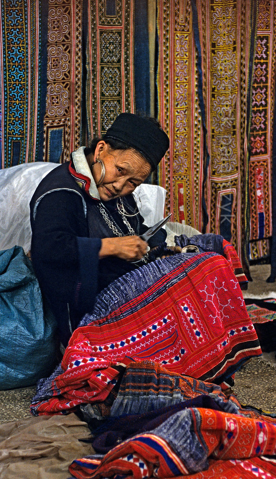 [VIETNAM.NORTH 21.435] 'Old Black H'mong woman.'  	An old Black H'mong woman is sewing in the atelier on the market of Sapa. Photo Mick Palarczyk