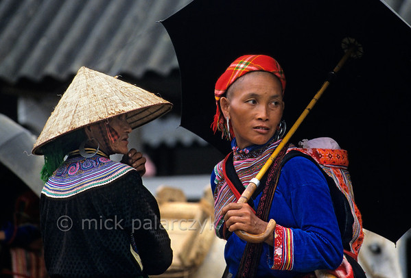 [VIETNAM.NORTH 21.536] 'Flower H'mong women.'  	Flower H'mong women on the market of Bac Hà, east of Lào Cai. Photo Mick Palarczyk