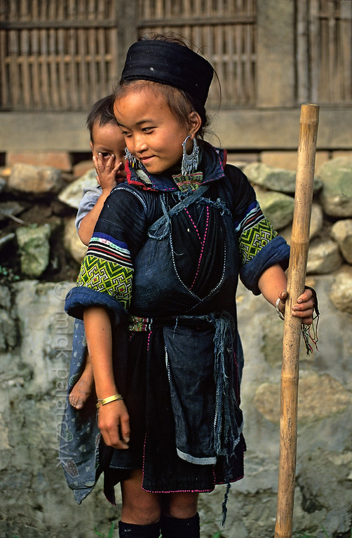 [VIETNAM.NORTH 21.444] 'Black H'mong girl with brother.'  	Black H'mong girl with her little brother in Tavan village, east of Sapa. Photo Mick Palarczyk