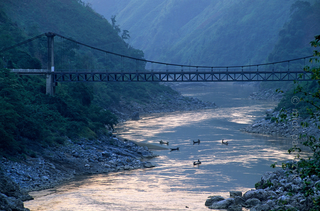 [VIETNAM.NORTH 21.373] 'Bridge across the Da River.'  The Hang Tôm suspension bridge crosses the Da River north of Lai Châu. Photo Mick Palarczyk.