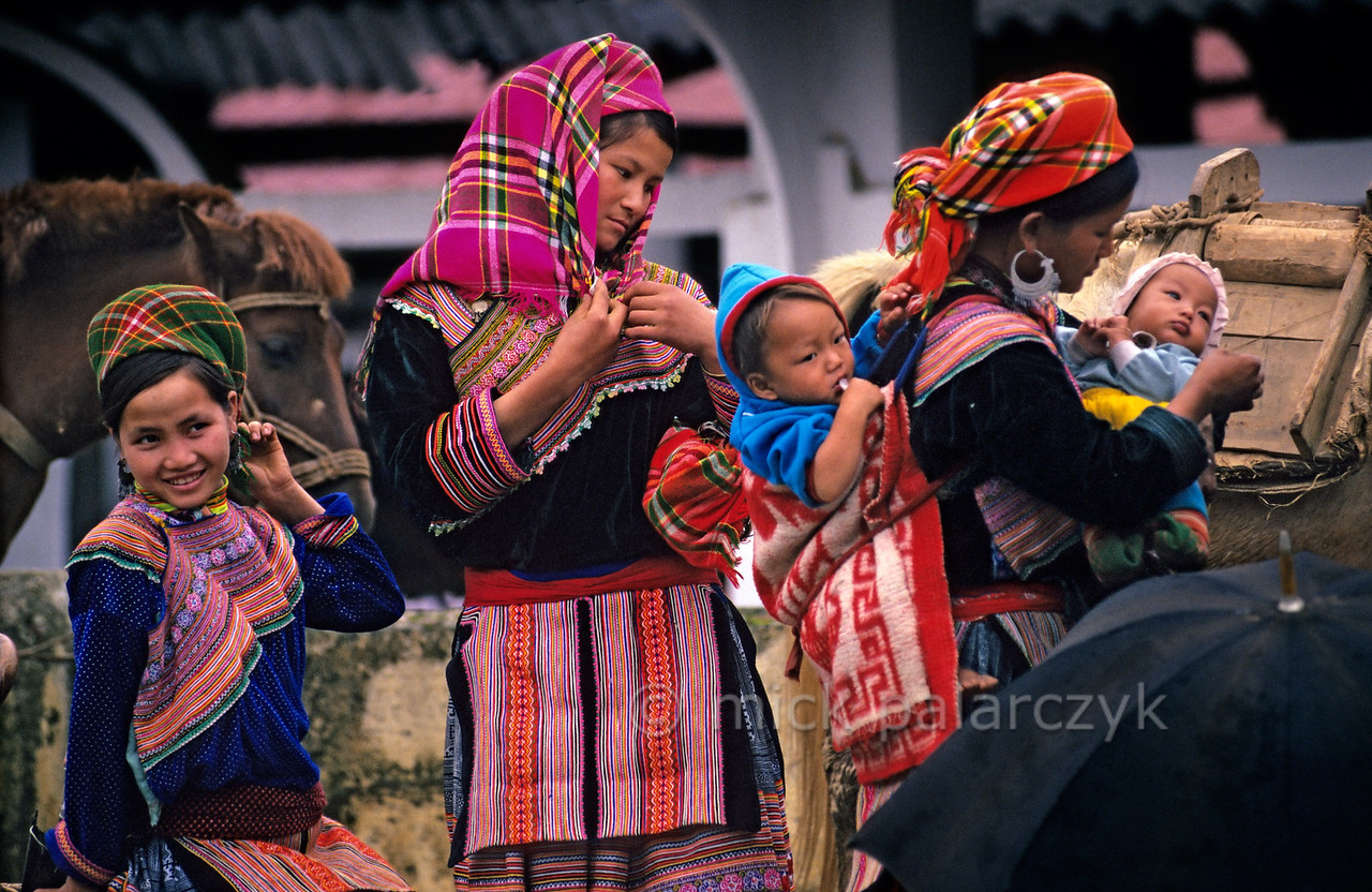 [VIETNAM.NORTH 21.531] 'Market of Bac Hà.'  The Flower H'mong women of Lào Cai Provence, here seen on the Bac Hà market, are the most colourful of all branches of H'mong in Vietnam. Photo Mick Palarczyk