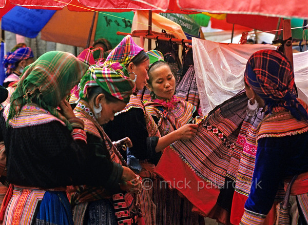[VIETNAM.NORTH 21.502] 'Buying cloth.'  	Flower H'mong women on the market of Bac Hà. Photo Mick Palarczyk