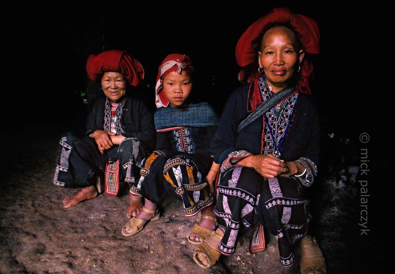 [VIETNAM.NORTH 21.410] 'Red Dao family.'  At Ta Phin village near Sapa the Red Dao family of Zu-u-me (right) lives in a traditional house with few windows and a floor of stamped earth. Photo Mick Palarczyk.