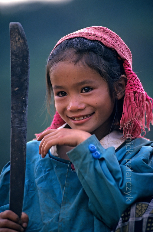 [VIETNAM.NORTH 21.327] 'Girl with knife.'  	As most mountain tribe children this Black Thái girl has learned very early on in life to do daily work with sharp tools. Photo Mick Palarczyk.