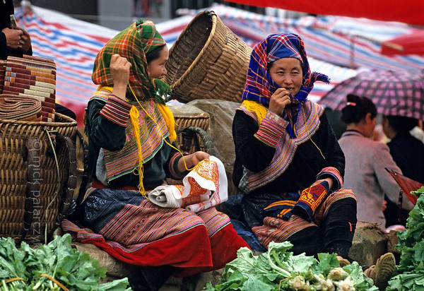 [VIETNAM.NORTH 21.524] 'Sewing Flower H'mong women.'  	Waiting for customers, these Flower H'mong women on the market of Bac Hà spend their time embroidering. Photo Mick Palarczyk