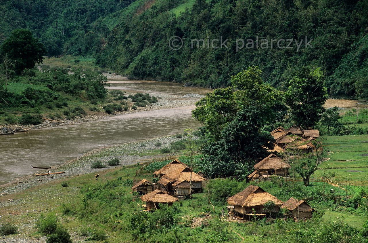 [VIETNAM.NORTH 21.379] 'White Thái village.'  White Thái village on the bank of the Na River north of Lai Châu. Photo Mick Palarczyk.