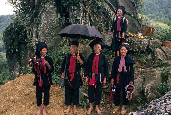 [VIETNAM.NORTH 21.385] 'Group of Black Dao women.'  	A group of Black Dao women on a pass road north of Bình Lu. Photo Mick Palarczyk.