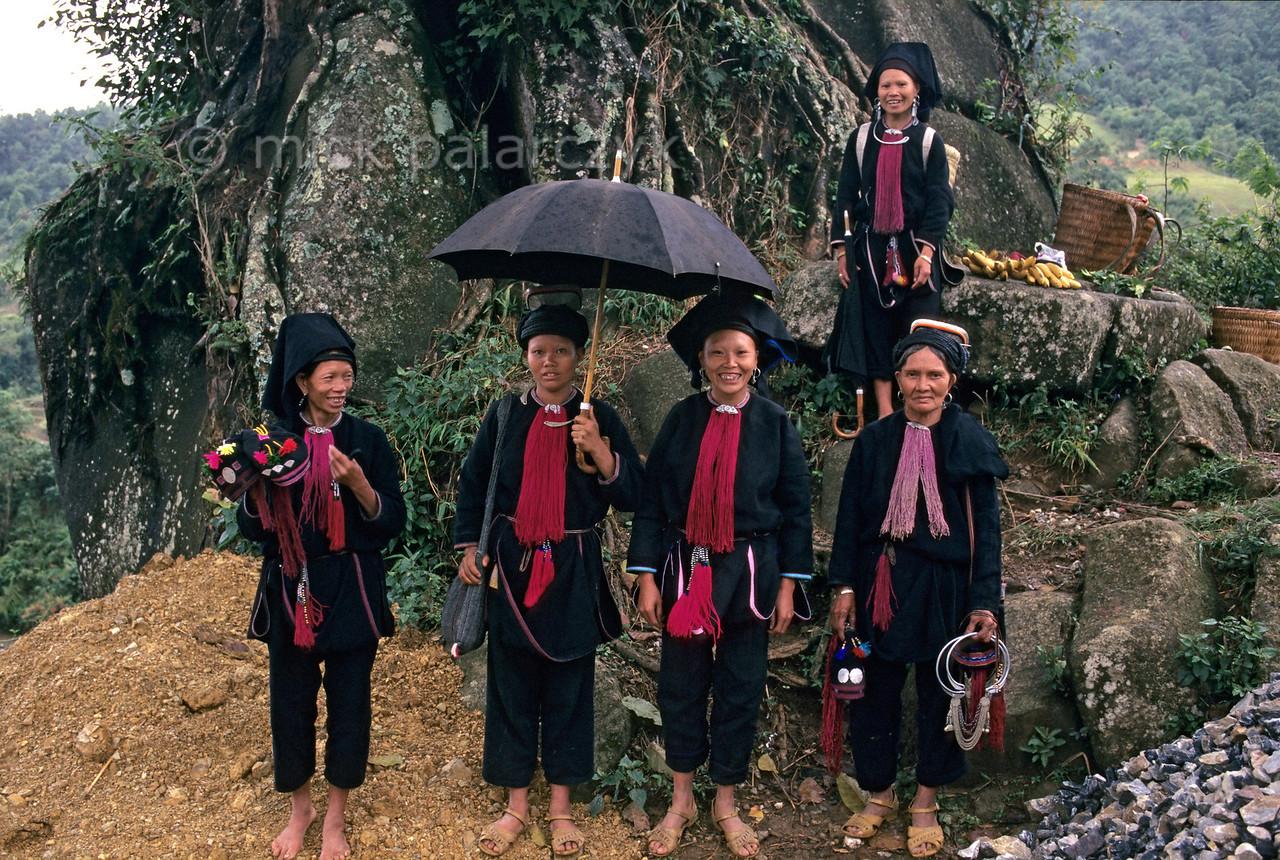 [VIETNAM.NORTH 21.385] 'Group of Black Dao women.'  A group of Black Dao women on a pass road north of Bình Lu. Photo Mick Palarczyk.