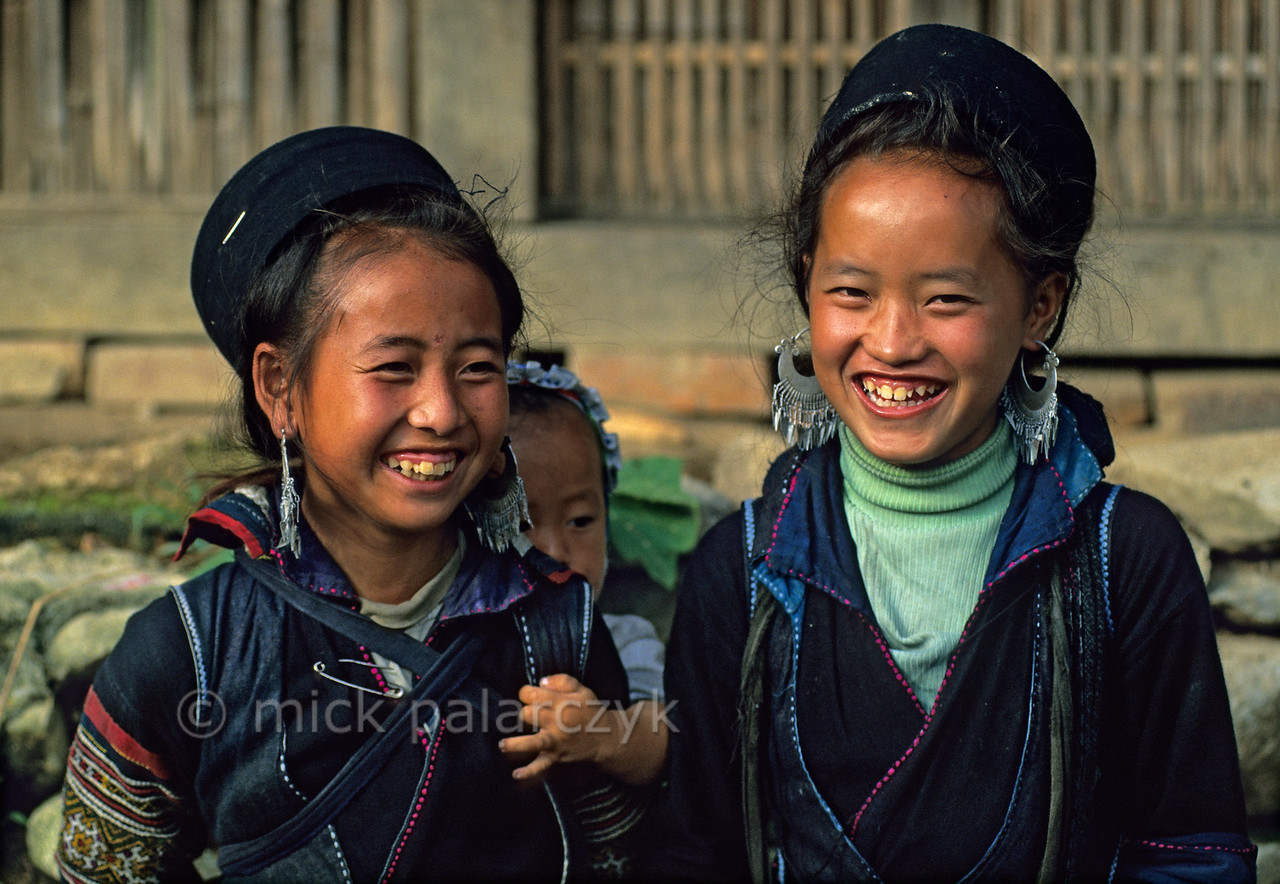 [VIETNAM.NORTH 21.442] 'Black H'mong girls.'  East of Sapa, in Tavan village, these Black H'mong girls wear the traditional black circular hats of their tribe. Photo Mick Palarczyk