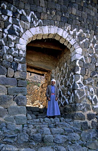 [YEMEN.NORTH 26316] 'Gate of Kahel village.'  The village of Kahel is entered by a gate that is decorated with simple geometric motives. The village lies in the Jebel Haras mountains south of Manakha. Photo Mick Palarczyk.
