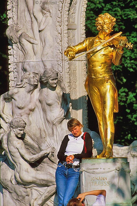 [AUSTRIA.WIEN 04257] 'Pictured with the king of waltz.'  Nothing in Vienna is being photographed more often then the gold plated statue of Johann Strauß in the Stadtpark. It's the King of Waltz who is behind the fable of the blue Danube, by the way. Photo Paul Smit.