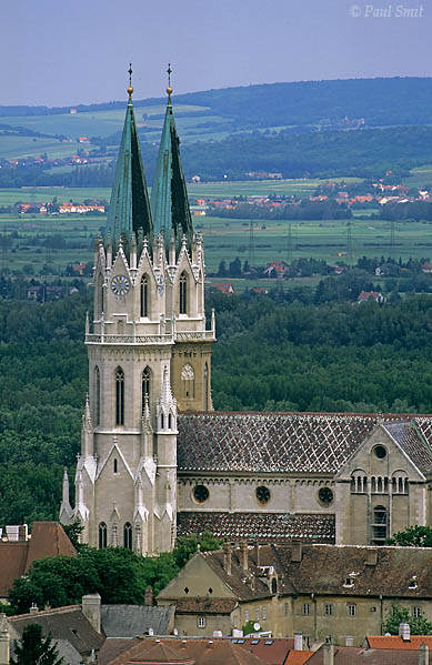 Klosterneuburg, on the western outskirts of Wien (Vienna), is known for its monastery (Stift Klosterneuburg). The church exterior is  romanesque and gothic, but the towers have been redesigned in neo-gothic style around 1880. Photo Paul Smit.