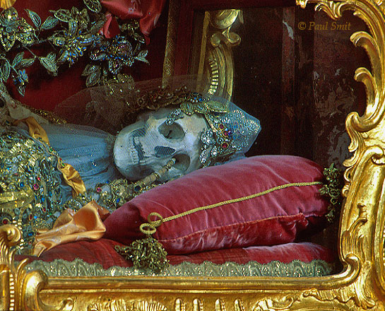 [AUSTRIA.OBER 04187] 'Sleeping beauty 2.'  Quite a sight, these skeletons of saints in their gilded glass coffins in Stift Engelszell, located on the banks of the Danube near Engelshartzell. After a visit you could need a nip. Fortunately, the monks at Austria's only Trappist monastery distillate good drinks. Like a nice, very creamy advocaat. Photo Paul Smit.