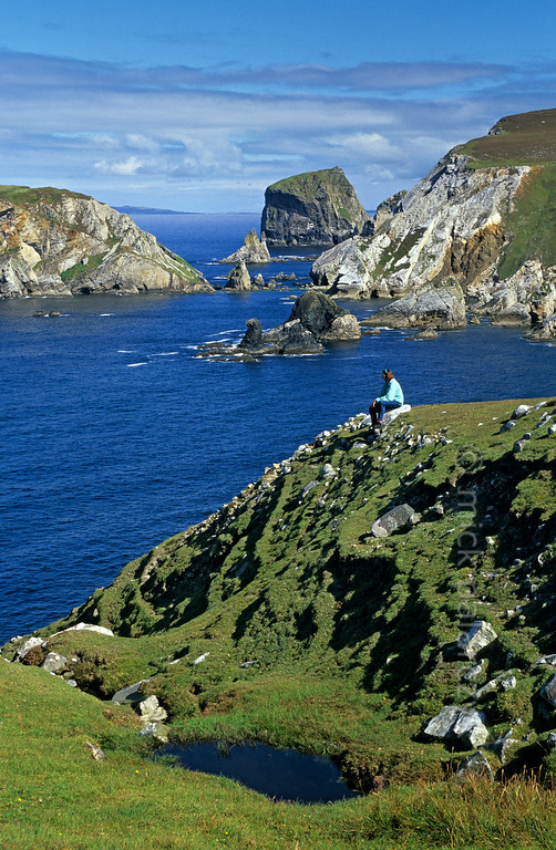 [IRELAND.DONEGAL 21.799] 'Seastacks at Port.'  	At Port, north of Glencolumbkille, sea-stacks and little islands give the Donegal coastline a dramatic appearance. Photo Mick Palarczyk.