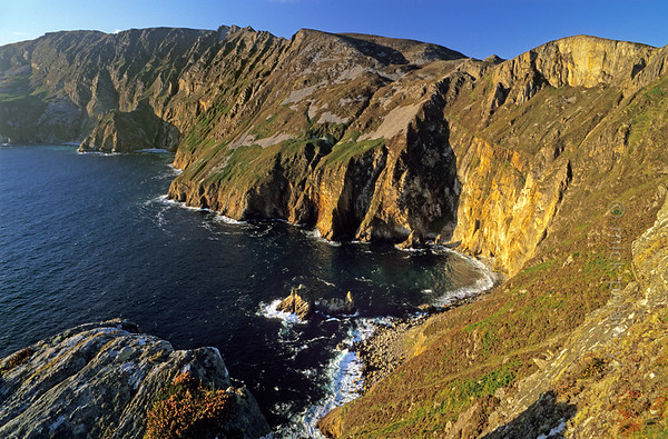 [IRELAND.DONEGAL 21.777] 'Slieve League.'  	Slieve League, the 595 meter high Atlantic cliff shore west of Carrick, acquires a golden glow in the evening sunlight. Photo Mick Palarczyk.