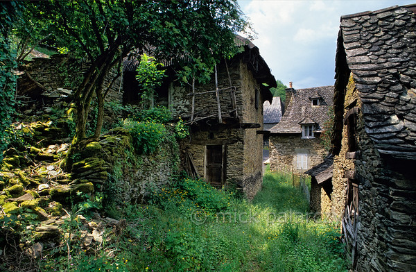 [FRANCE.AUVERGNE 28898] 'Leucam.'  Since World War I the Cantal has had a diminishing population, which is one of the reasons for its idyllic countryside. Such as here in Leucam, a hamlet in the valley of the Goul near Lapeyrugue in the southwest corner of the Cantal. Photo Mick Palarczyk.