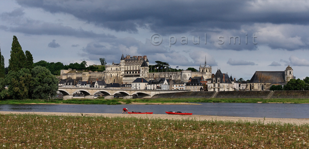 [FRANCE.LOIRE 10836] 'Amboise seen from the northern Loire bank.'  At Amboise a paddler pulls his kayak on the sandy bank of the Loire. The opposite bank is occupied by the medieval castle where King Francois I was entertained by Leonardo da Vinci. Photo Paul Smit.