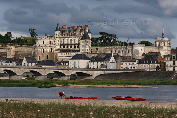 [FRANCE.LOIRE 10835] 'Amboise seen from the northern Loire bank.'  	At Amboise a paddler pulls his kayak on the sandy bank of the Loire. The opposite bank is occupied by the medieval castle where King Francois I was entertained by Leonardo da Vinci. Leonardo is said to be buried in the Chapel of Saint-Hubert, visible on the right. Photo Paul Smit.