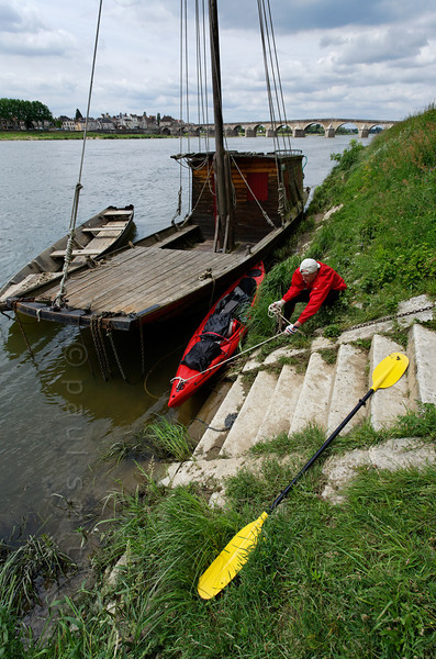 [FRANCE.LOIRE 10785] 'Traditional flatboat at Gien.'  Upstream of the old bridge at Gien a kayaker moors his vessel near a traditional flatboat ('chaland') to have a closer look. Moored beside the flatboat is another traditional vessel: the 'futreau'. Photo Paul Smit.