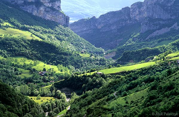 [FRANCE.ALPSNORTH 24.436] 'Gorges de la Bourne.'  The Bourne River leaves the Northwest edge of the Vercors massif by way of a green canyon. Photo Mick Palarczyk.