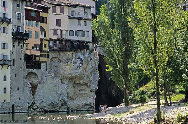 [FRANCE.ALPSNORTH 24.420] 'Pont-en-Royans-1.'  The Bourne River leaves the Northwest edge of the Vercors massif by way of a green canyon. On this spot the village of Pont-en-Royans has several 'maisons suspendues' (hanging houses) clinging tot the steep sides. Photo Mick Palarczyk.