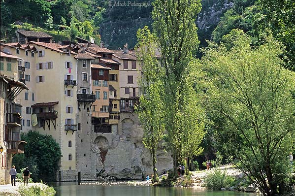 [FRANCE.ALPSNORTH 24.427] 'Pont-en-Royans-3.'  The Bourne River leaves the Northwest edge of the Vercors massif by way of a green canyon. On this spot the village of Pont-en-Royans has several 'maisons suspendues' (hanging houses) clinging tot the steep sides. Photo Mick Palarczyk.