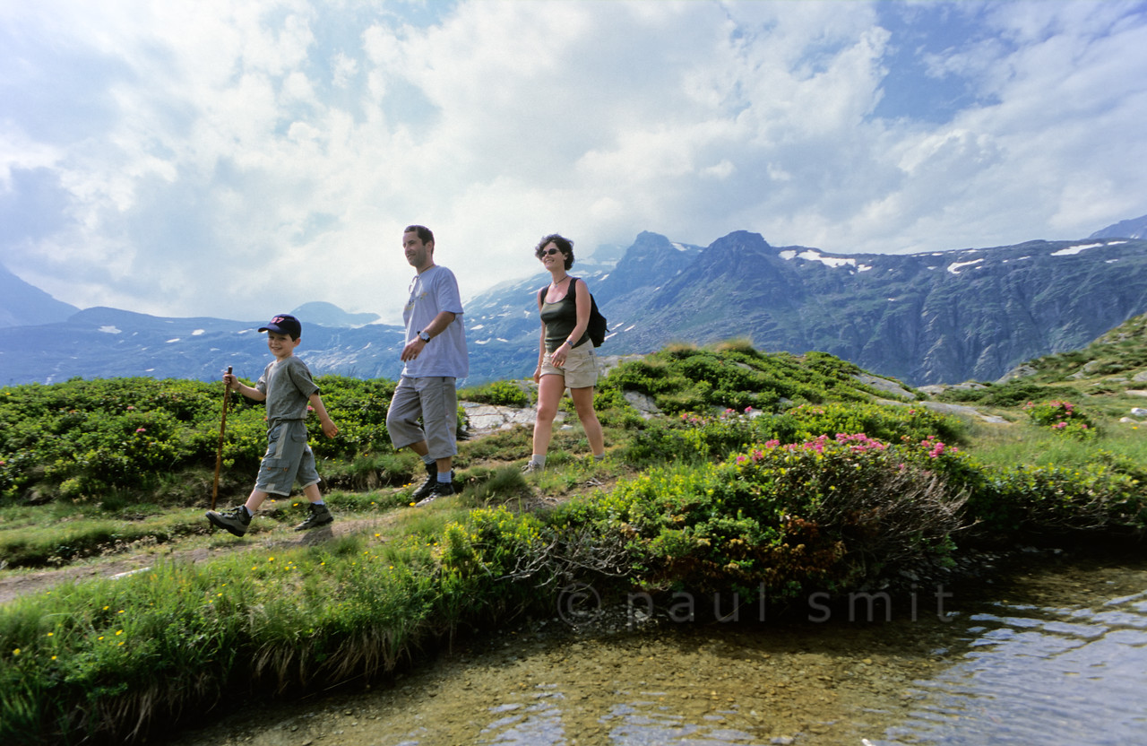 [FRANCE.ALPSNORTH 10989] 'Young family at Lac Blanc.'  One of the best ways to enjoy a hike high up in the Vanoise national park, without a long climb to begin with, is by first taking the car from Termignon, in the Haute Maurienne, to the Bellecombe parking. From there you can walk to several mountain lakes, situated on the same plateau as the parking and therefore easy hikes. One of them is Lac Blanc, with its superb view over the glaciers of the Vanoise. Photo Paul Smit.