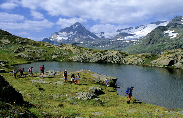[FRANCE.ALPSNORTH 10993] 'Lac Bellecombe and glaciers of the Vanoise.'  A group of hikers is enjoying Lac Bellecombe, in the Vanoise national park, with its great view over the glaciers of the Vanoise. Photo Paul Smit.