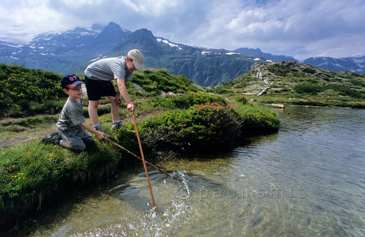 [FRANCE.ALPSNORTH 10990] 'Children at Lac Blanc.'  One of the best ways to enjoy a hike high up in the Vanoise national park, without a long climb to begin with, is by first taking the car from Termignon, in the Haute Maurienne, to the Bellecombe parking. From there you can walk to several mountain lakes, situated on the same plateau as the parking and therefore easy hikes. One of them is Lac Blanc, with its superb view over the glaciers of the Vanoise. Photo Paul Smit.