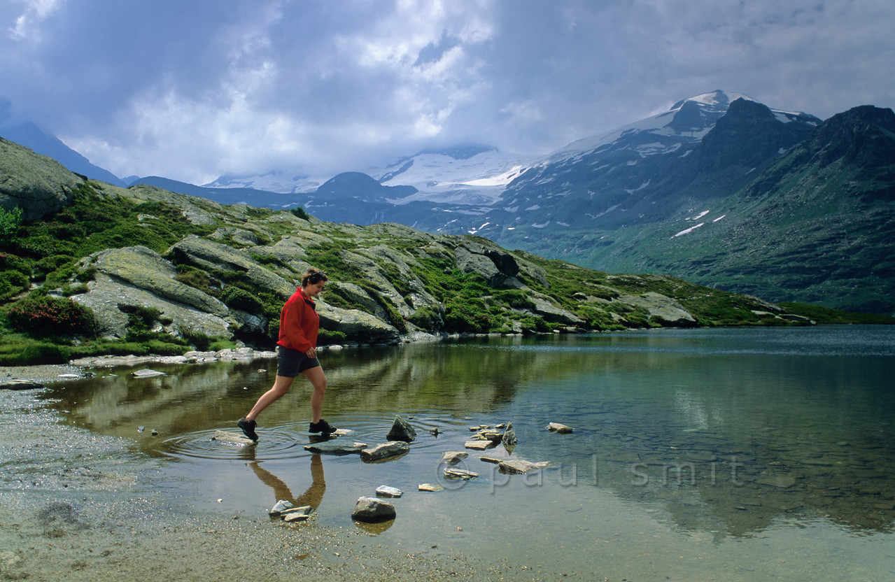 [FRANCE.ALPSNORTH 10991] 'Lac Blanc and glaciers of the Vanoise.'  One of the best ways to enjoy a hike high up in the Vanoise national park, without a long climb to begin with, is by first taking the car from Termignon, in the Haute Maurienne, to the Bellecombe parking. From there you can walk to several mountain lakes, situated on the same plateau as the parking and therefore easy hikes. One of them is Lac Blanc, with its superb view over the glaciers of the Vanoise. Photo Paul Smit.