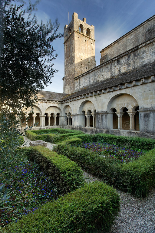 [FRANCE.PROVENCE 10932] 'Cloister in Vaison-la-Romaine.'  Although Vaison-la-Romaine mainly attracts visitors with its Roman heritage, it has more on offer. Such as the 12th century Notre-Dame de Nazareth cathedral and its cloister. A place of Romanesque austerity. Photo Paul Smit.